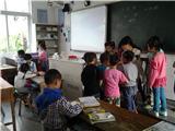 课间,大家围在缪老师周围