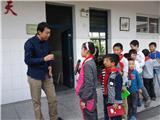 孩子们排队提问