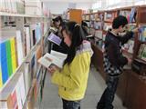 学生在阅览室