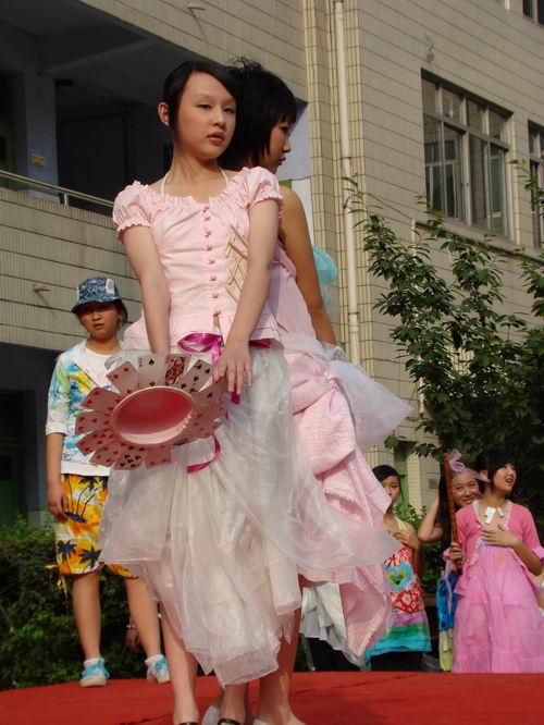 女生服装设计展示