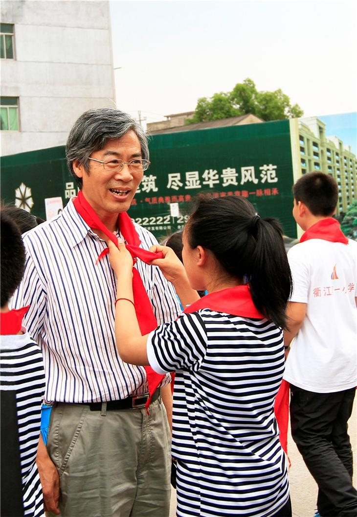 """市教育局局长徐朝金""""六.一""""节来校慰问"""
