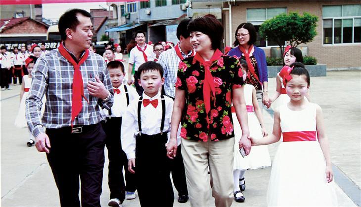 """原区长鲍秀英来校与孩子们共庆""""六.一"""""""